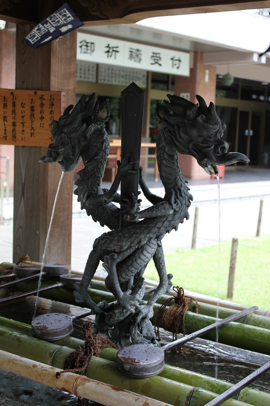 Dragon fountain to cleanse your hands and mouth with.